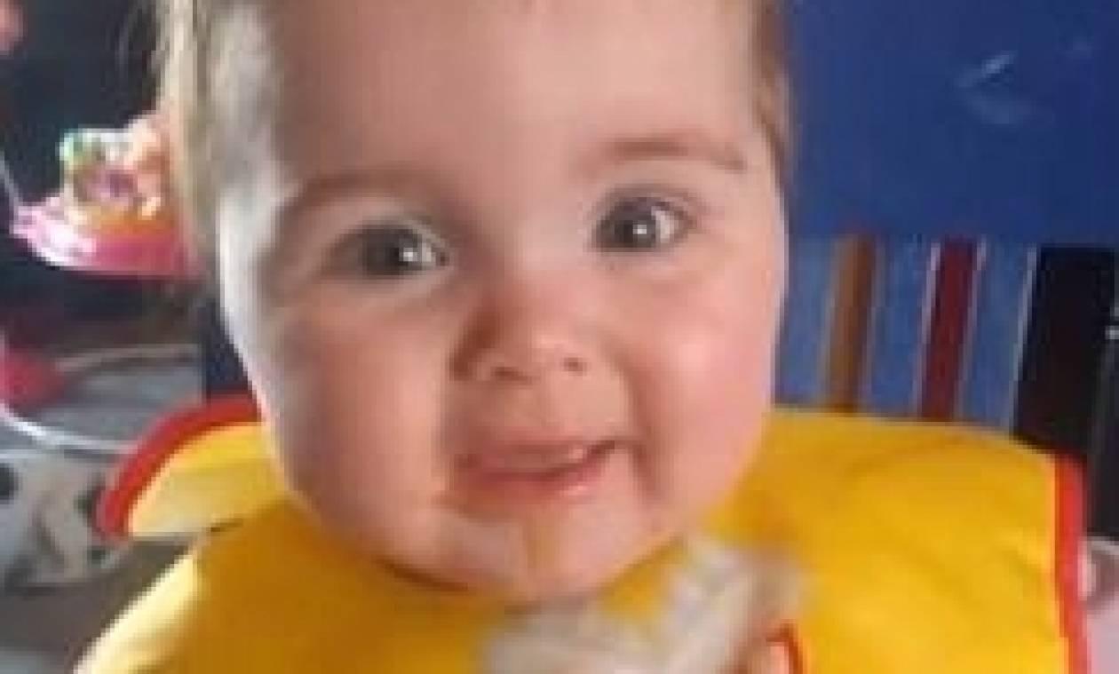 Απίθανη αντίδραση μωρού. Του δίνουν για πρώτη φορά μήλο κι εκείνο... (Video)