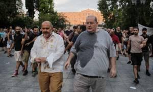 Σύνταγμα: Πέταξαν καφέδες και νερά σε Φίλη - Ξυδάκη - Η στιγμή της επίθεσης (vid)