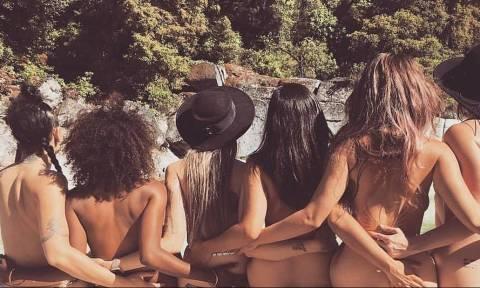 Σέξι καλλονές ποζάρουν γυμνές στη φύση και ρίχνουν το Ίνσταγκραμ