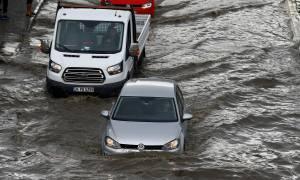 «Πνίγηκε» η Κωνσταντινούπολη: Σοβαρές πλημμύρες λόγω κακοκαιρίας (pics+vids)