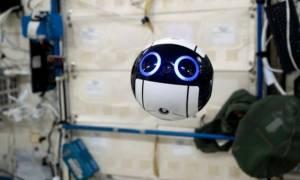 ISS: Αυτό είναι το πρώτο drone στο διάστημα και μόλις έστειλε στη Γη τις πρώτες φωτογραφίες του