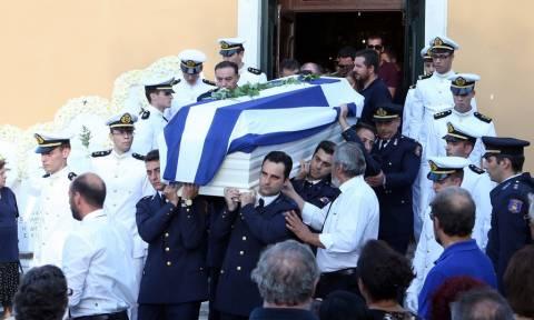 Θρήνος στην Κέρκυρα: Σπαρακτικές στιγμές στην κηδεία του αδικοχαμένου Ανθυποπυραγού (pics)