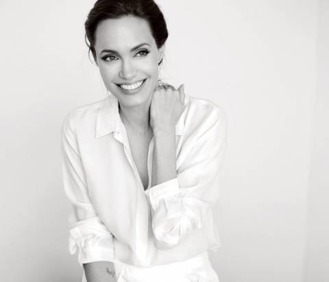 Η Angelina Jolie σε μία «no bra» εμφάνιση και άκρως ανανεωμένη