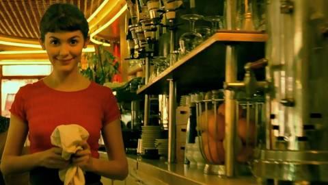 Να γιατί οι Έλληνες λατρεύουν τα όμορφα κορίτσια στις καφετέριες!