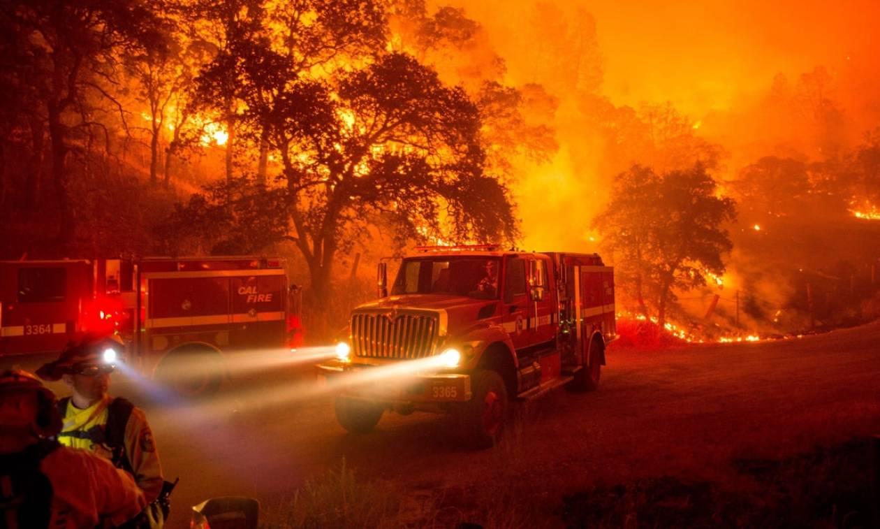 Στο έλεος της πυρκαγιάς η Καλιφόρνια: Χιλιάδες άνθρωποι εγκαταλείπουν τα σπίτια τους