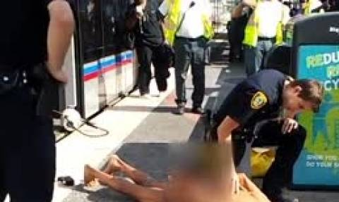 Μπήκε γυμνός σε συρμό του μετρό! Οταν βγήκε συνεπλάκη με αστυνομικούς και... (video)