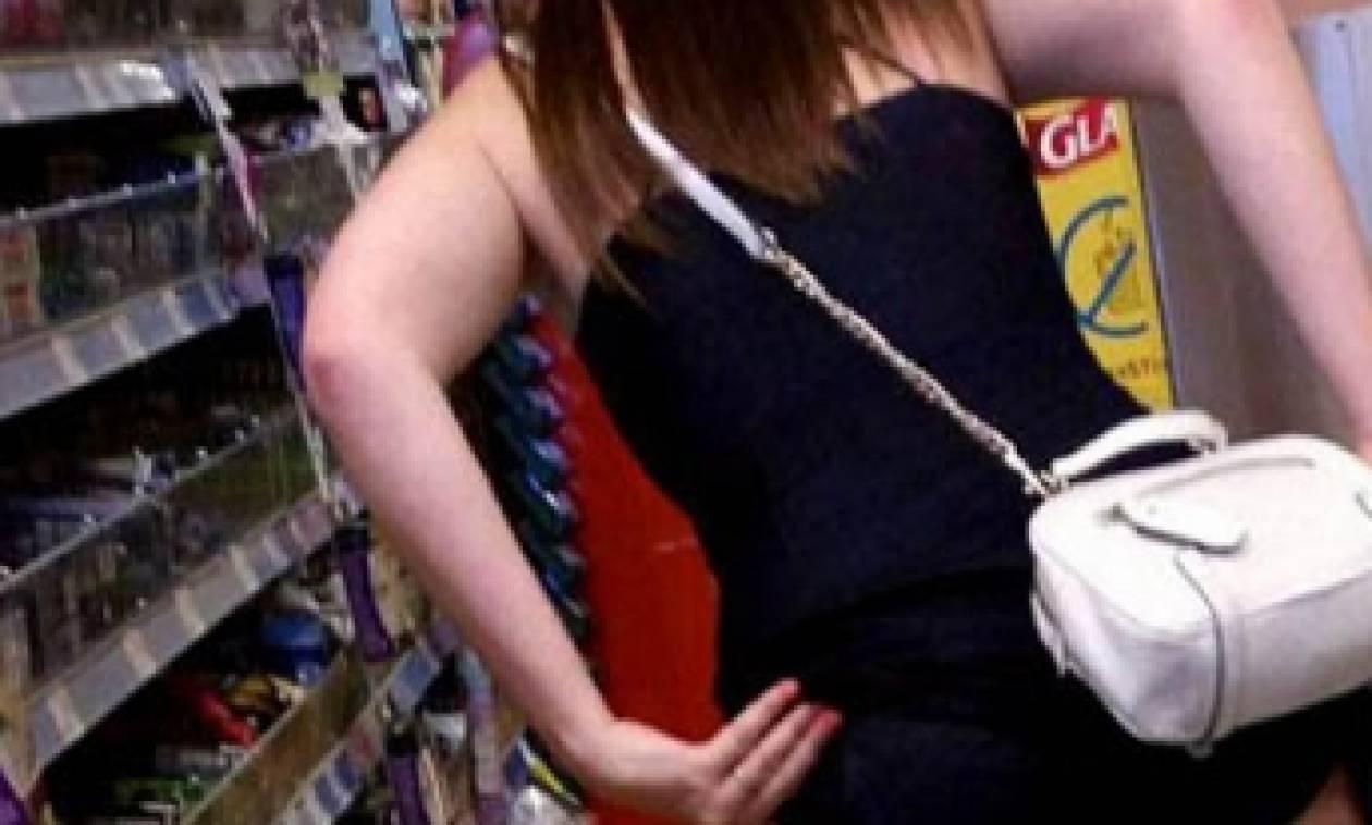 Ακατάλληλες εικόνες: Η νέα μόδα των... selfie! Φωτογραφίζονται γυμνές σε καταστήματα (photo)