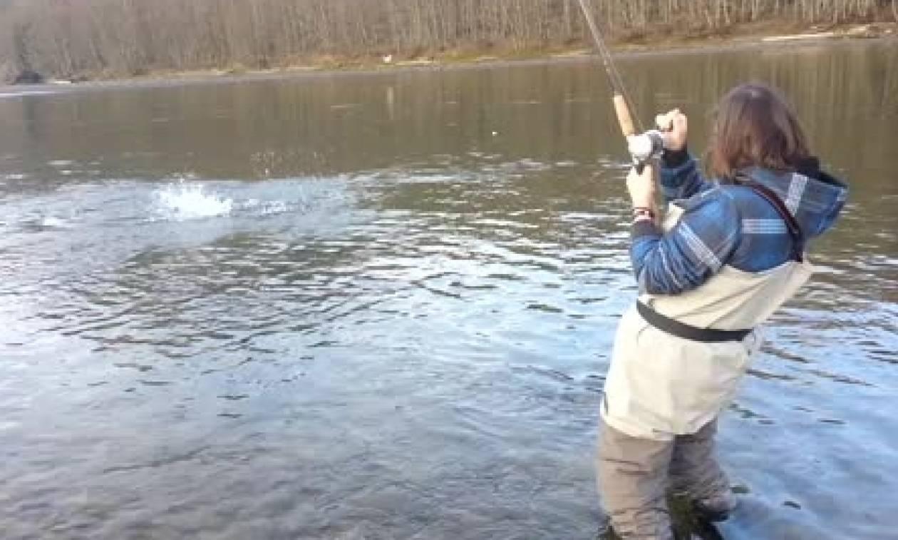 Ψάρεμα: Γυναίκα πιάνει το ψάρι της... ζωής της και ουρλιάζει από φόβο όταν την πλησιάζει (video)