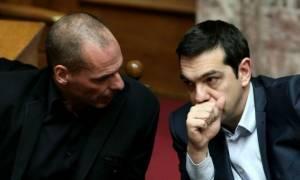 Πολιτική θύελλα προκαλεί ο Βαρουφάκης: «Ξεσπάθωσε» ο Τσίπρας, εξηγήσεις ζητά η αντιπολίτευση