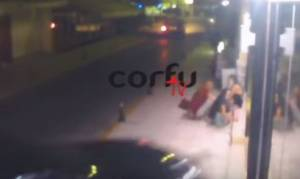 Βίντεο - ΣΟΚ στην Κέρκυρα: Αυτοκίνητο πέφτει σε μπαρ και παρασύρει τρεις νέους