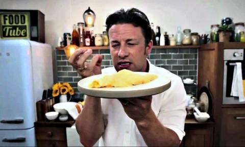 Γνωστός τηλεοπτικός σεφ αποκαλύπτει πώς φτιάχνεται η πιο νόστιμη ομελέτα