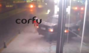 Τροχαίο που «κόβει» την ανάσα στην Κέρκυρα: Αυτοκίνητο «μπούκαρε» σε μπαρ (vid)