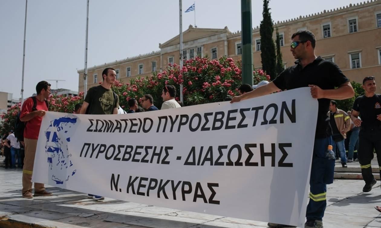 Συγκέντρωση διαμαρτυρίας συμβασιούχων πυροσβεστών έξω από τη Βουλή (pics)
