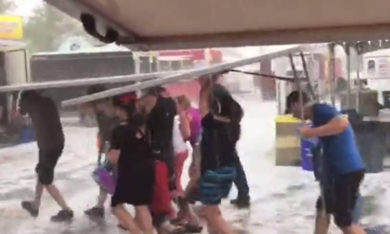 Η καταιγίδα του αιώνα: Εφυγαν με... τραπέζια για να γλιτώσουν απ' το χαλάζι (video)