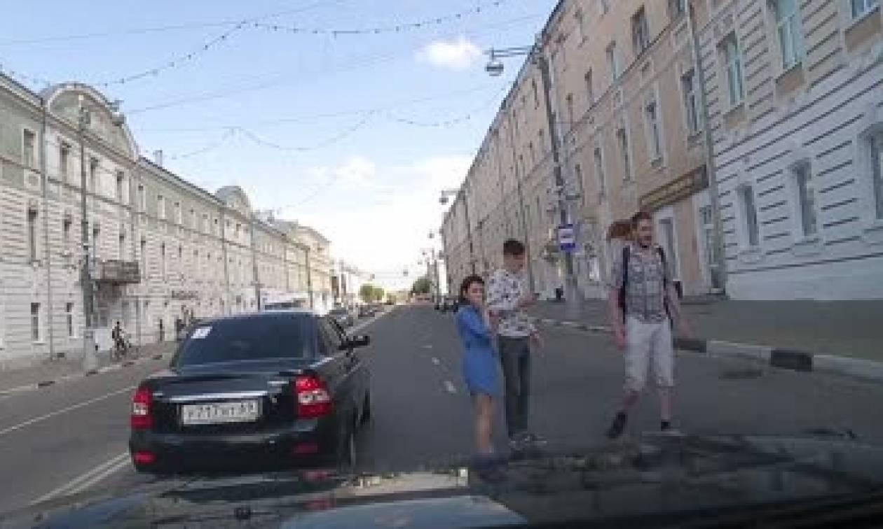 Σοκαριστικό ατύχημα: Αυτοκίνητο χτυπά ποδηλάτη κι εκείνος σηκώνεται όρθιος (video)
