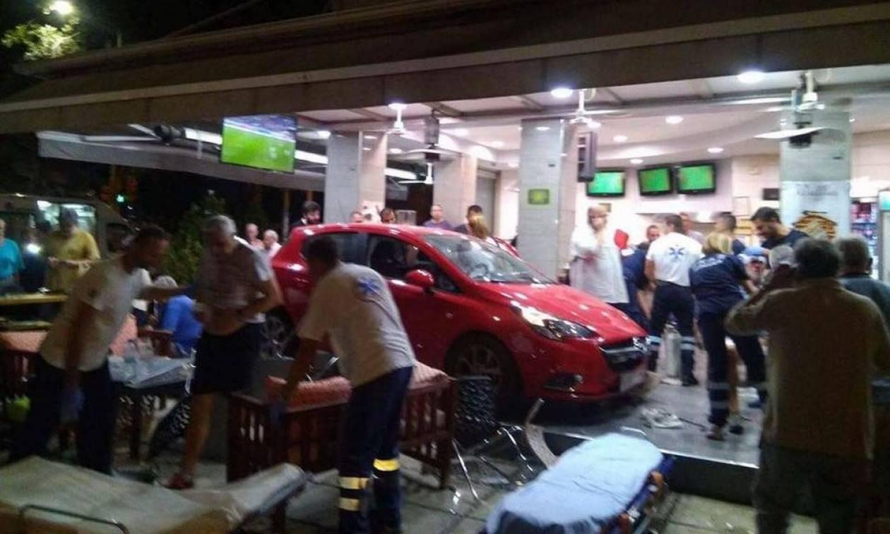 Εικόνες - ΣΟΚ στη Θεσ/νικη: Αυτοκίνητο εισβάλλει σε μαγαζί την ώρα του Παρτίζαν - Ολυμπιακός
