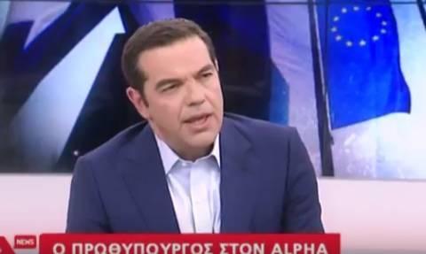 Το απρόοπτο στην εμφάνιση Τσίπρα που παραλίγο να τινάξει τη συνέντευξη στον αέρα (video)