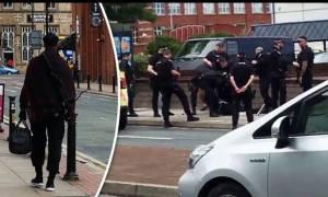 Συναγερμός στο Μάντσεστερ: Άνδρας απειλούσε ότι θα σκοτώσει κόσμο με μαχαίρι και τόξο στο χέρι (vid)