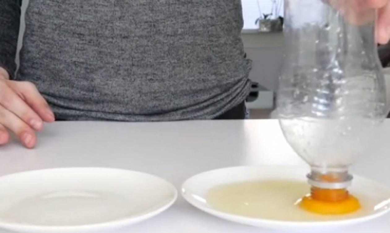 Πώς θα χωρίσετε τον κρόκο απ' το ασπράδι ενός αυγού σαν... επαγγελματίας (video)