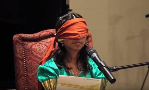 Ανεξήγητο: Αυτό το υπερφυσικό κορίτσι διαβάζει με κλειστά μάτια… κυριολεκτικά (Vid)