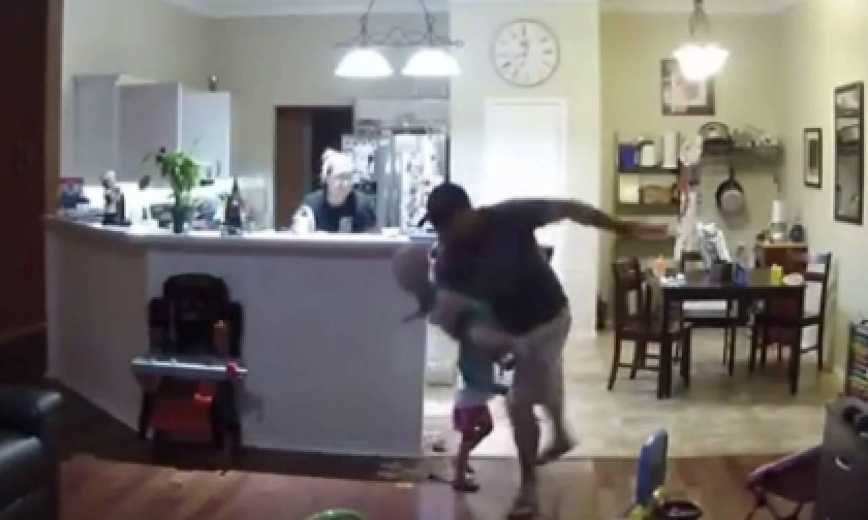 Επικός μπαμπάς... Πέφτει με το μωρό στην αγκαλιά και κάνει τα πάντα για να μην χτυπήσει (video)