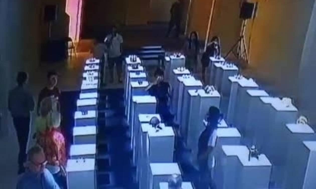 Επικό ατύχημα: Εβγαλε σέλφι σε μουσείο και... κατέστρεψε έργα τέχνης 200.000 ευρώ (video)