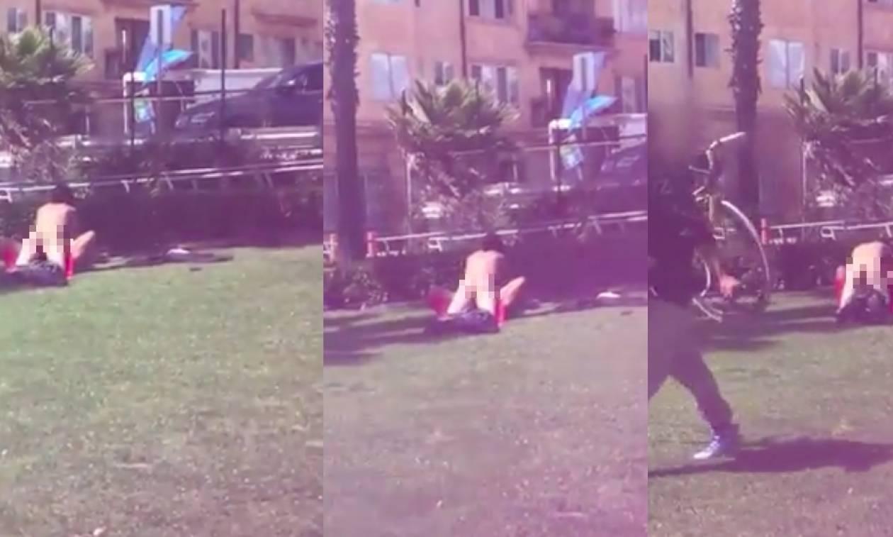 Πρωτοφανές περιστατικό: Το «έκαναν» σε πλατεία (Vid)