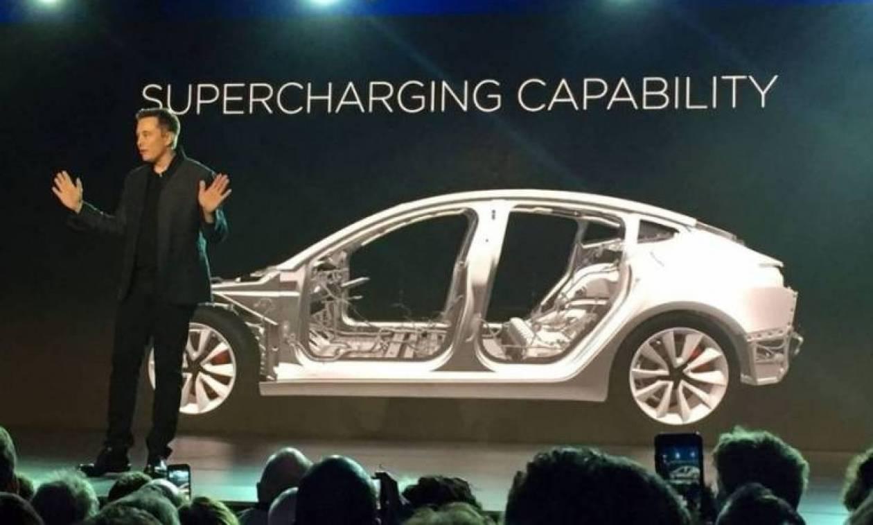 Ο Έλον Μασκ παρέδωσε τα πρώτα οχήματα του νέου ηλεκτρικού «Μοντέλου 3» σε υπαλλήλους του!