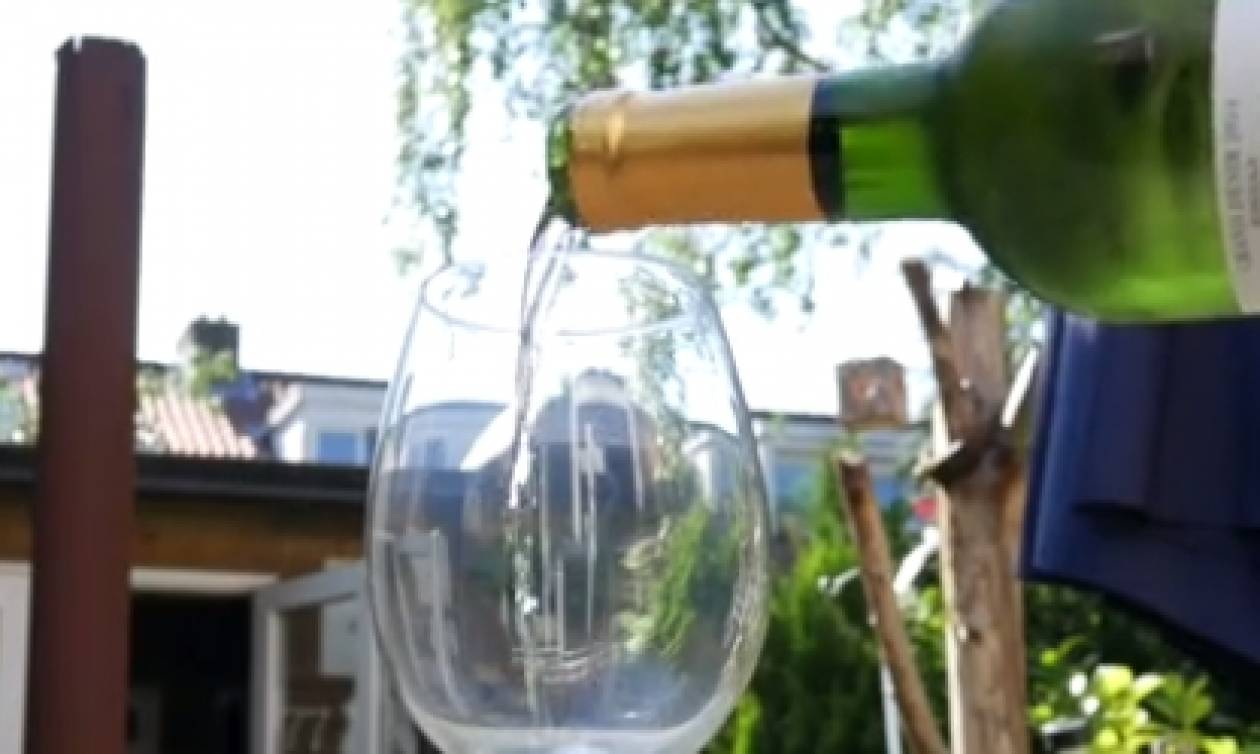 Με αυτό το κόλπο θα έχετε πάντα παγωμένο κρασί, χωρίς να ρίχνετε παγάκια (video)