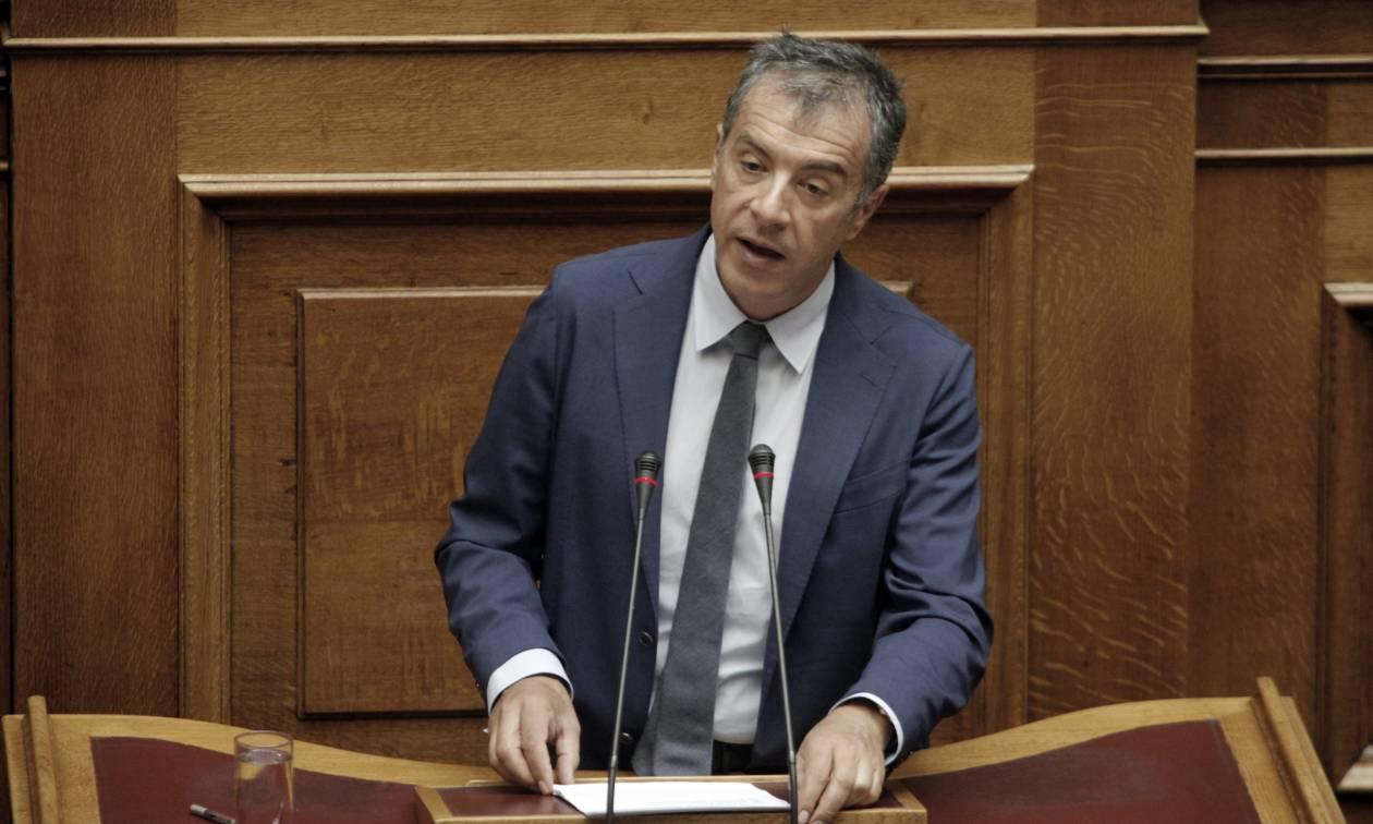 Θεοδωράκης: Η χώρα κατρακυλά σε έναν ατελείωτο θεσμικό κατήφορο