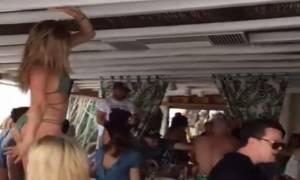 Τραγικό: Τουρίστριες γδύνονται στη Μύκονο στο ρυθμό του Despacito! (video)