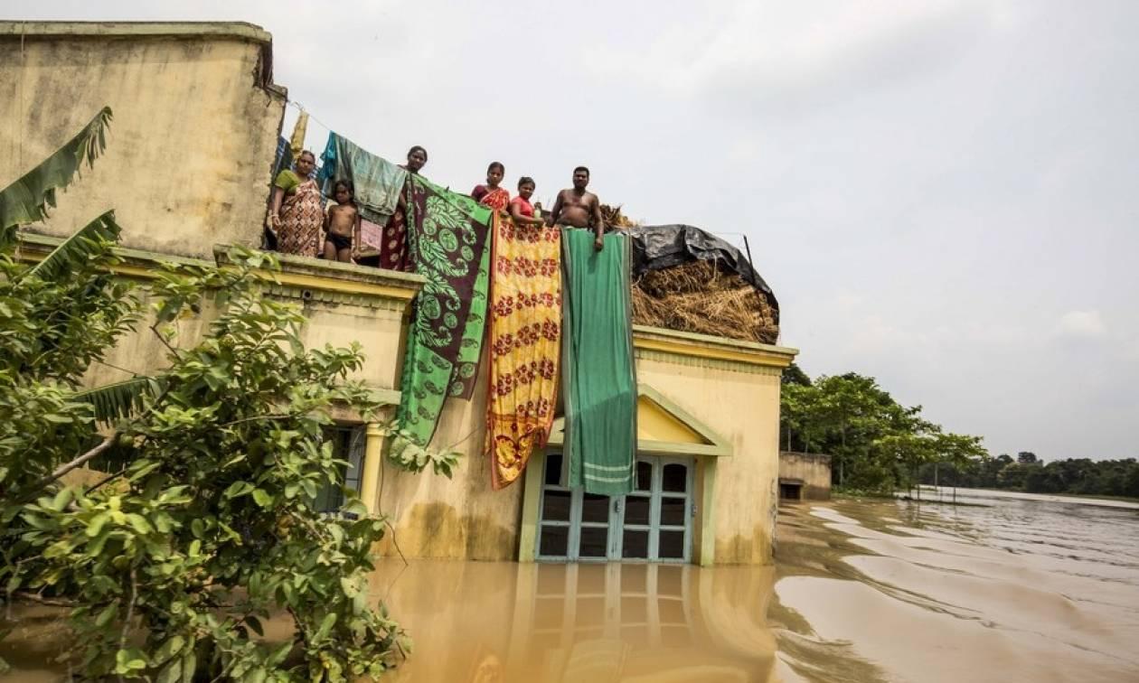 Φονικές πλημμύρες σαρώνουν την Ινδία