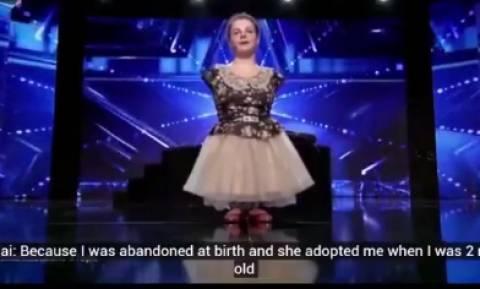 Θα δακρύσετε: Κοπέλα χωρίς χέρια παίζει πιάνο και όλοι ξεσπούν σε κλάματα (video)