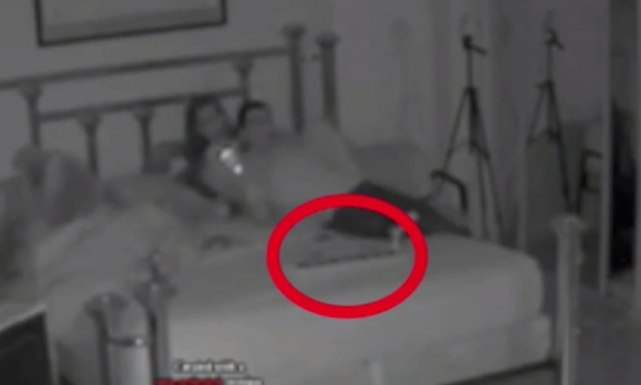 Φάντασμα «πιάστηκε» σε κάμερα να... διώχνει ζευγάρι απ' το... δωμάτιο του (video)