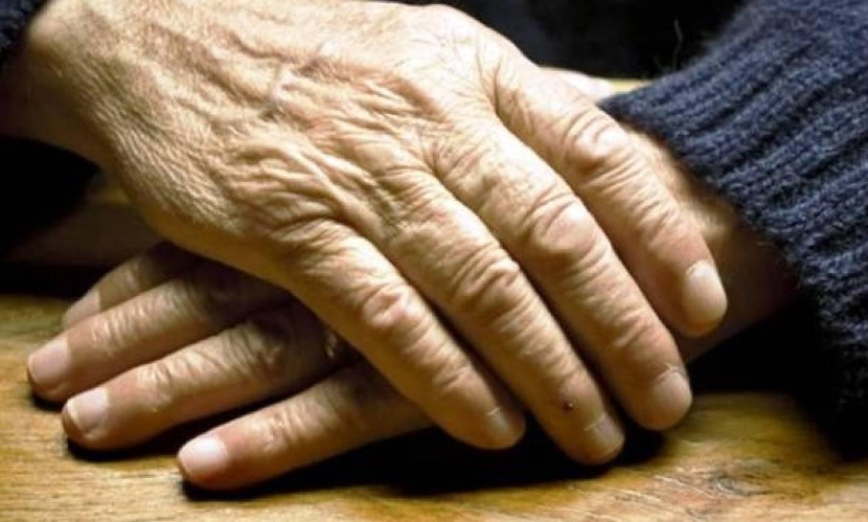 Φωκίδα: Ξυλοκόπησαν, έδεσαν και λήστεψαν τη γιαγιά που τους τάιζε