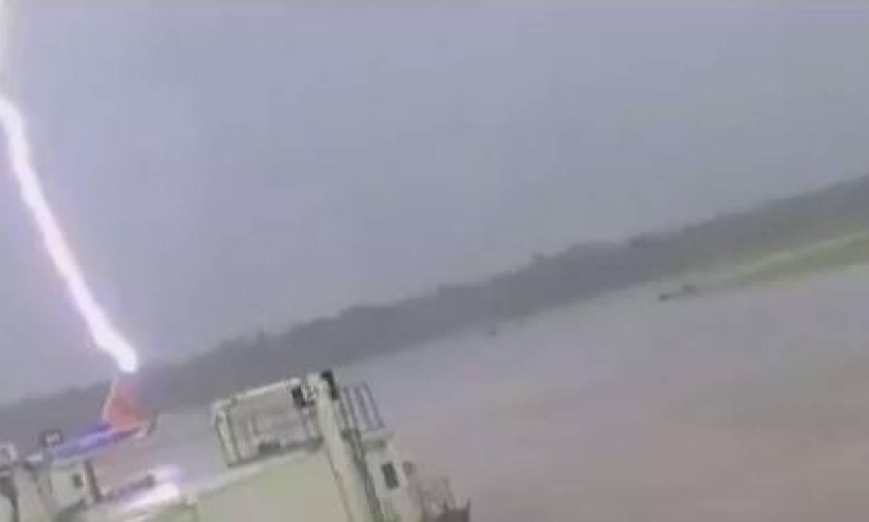 Βίντεο σοκ: Υπάλληλος αεροδρομίου τραυματίστηκε σοβαρά από κεραυνό