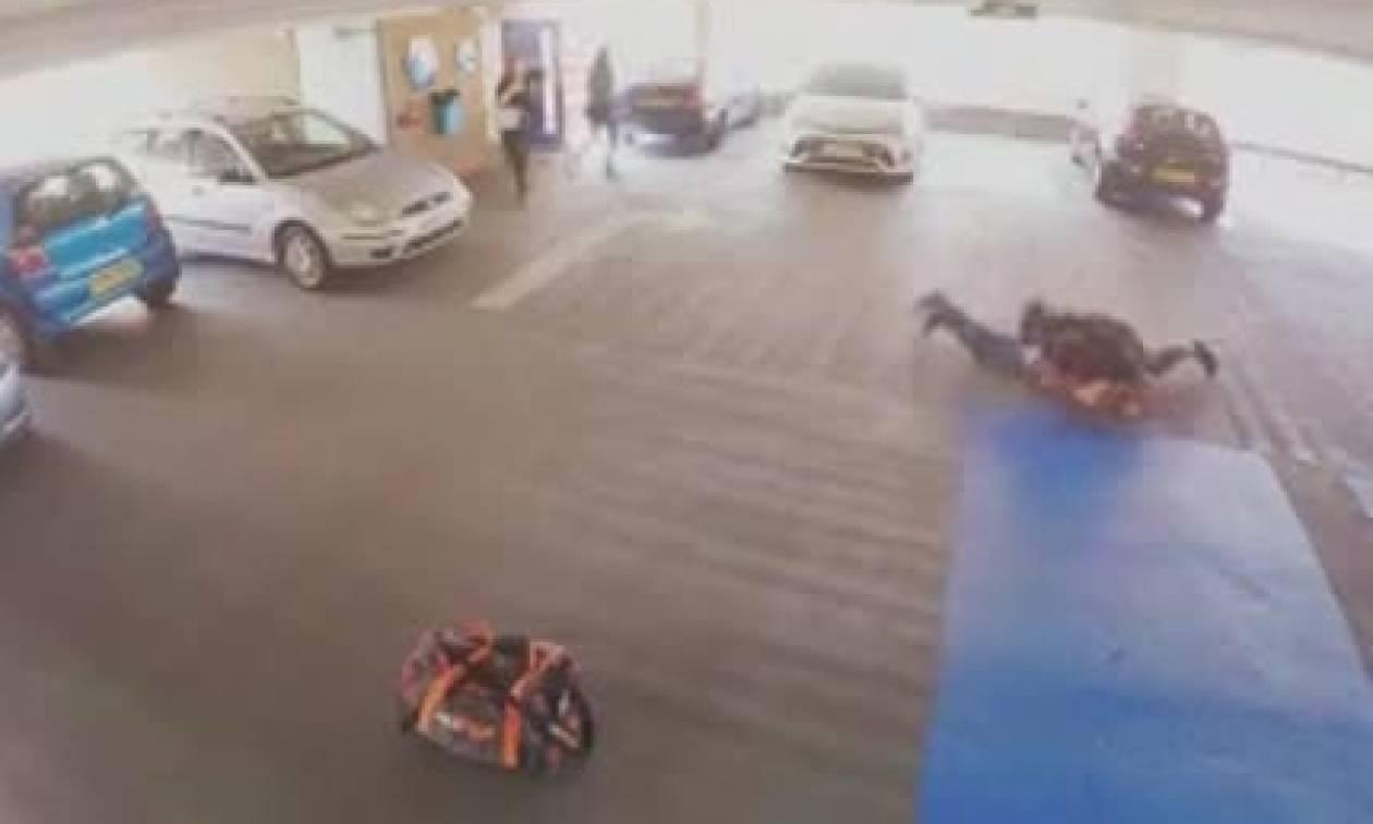 Κλέφτης αυτοκινήτων έπεσε πάνω σε αθλητή του ΜΜΑ! Φαντάζεστε τη συνέχεια; (video)