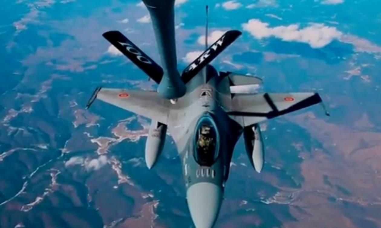 F-16 ανεφοδιάζεται με καύσιμα εν ώρα πτήσης... (video)