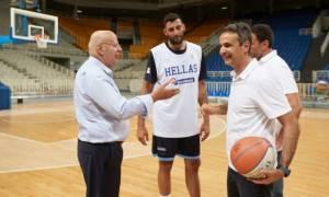 Στην προπόνηση της εθνικής ομάδας μπάσκετ ο Μητσοτάκης – Η συνάντησή του με Αντετοκούμπο