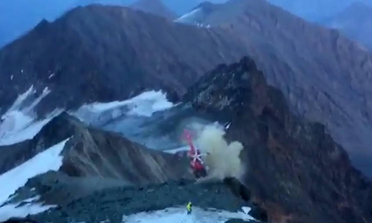 Ανατριχιαστικό βίντεο: Παραλίγο τραγωδία με ελικόπτερο που στροβιλίστηκε στις Άλπεις (vid)