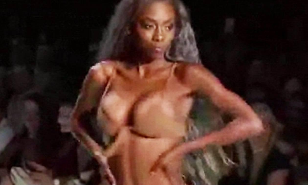 Σέξι ατύχημα: Μοντέλο ενθουσιάστηκε στην πασαρέλα και απ' τη χαρά της βγήκε το στήθος έξω (video)