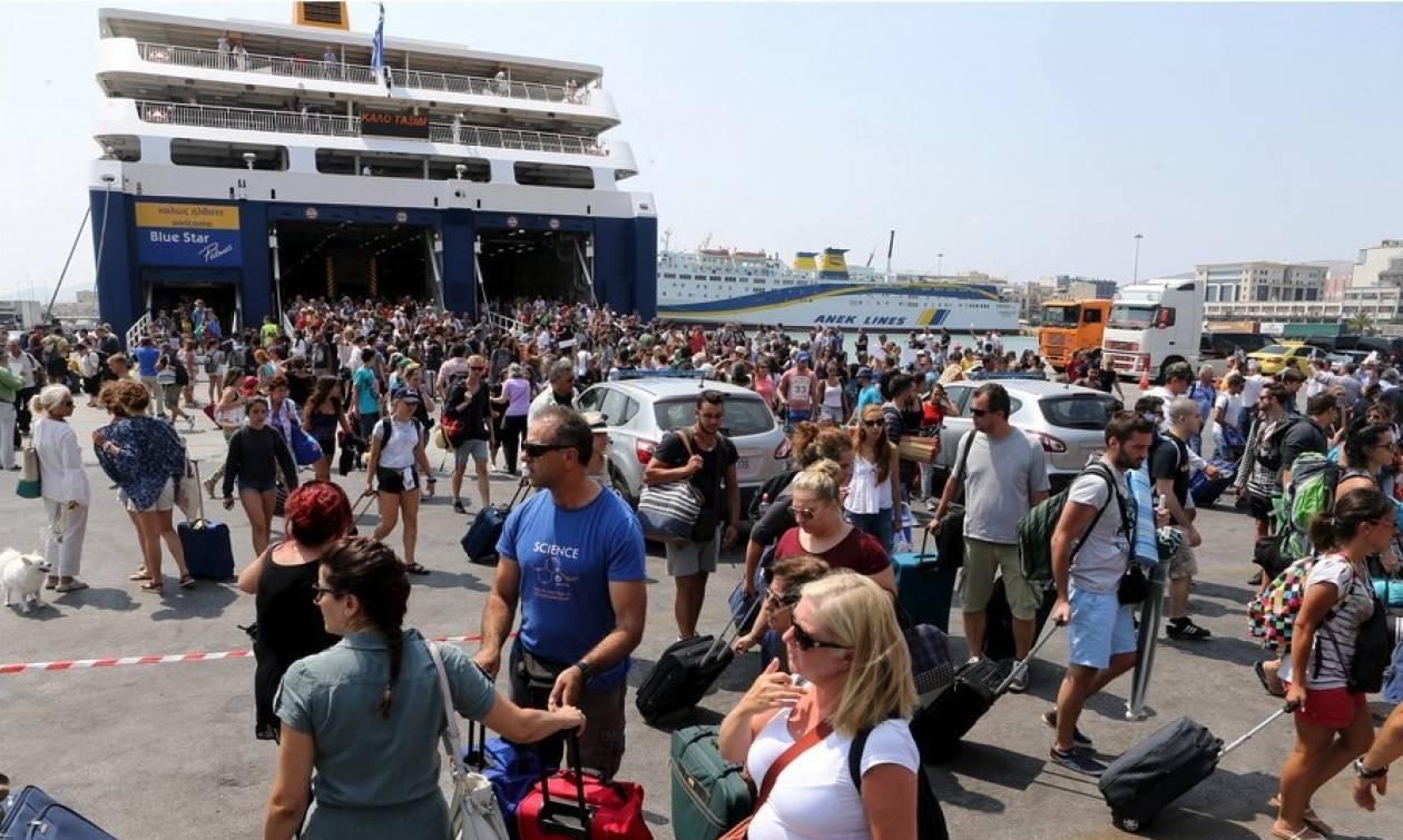 Όπου φύγει φύγει... Χαμός σε λιμάνια, αεροδρόμιο και εθνικές οδούς