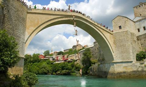 Πόσα κότσια θέλει για να πηδήξεις από τη γέφυρα του Μόσταρ;