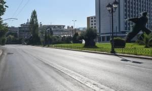 Έρημη πόλη η Αθήνα – Άδειοι δρόμοι και καθόλου κίνηση (pics)