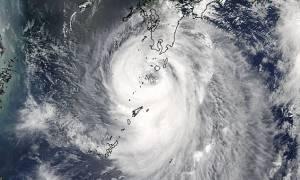 Ο τυφώνας Νόρου σαρώνει την Ιαπωνία: Τουλάχιστον δύο νεκροί (vids)