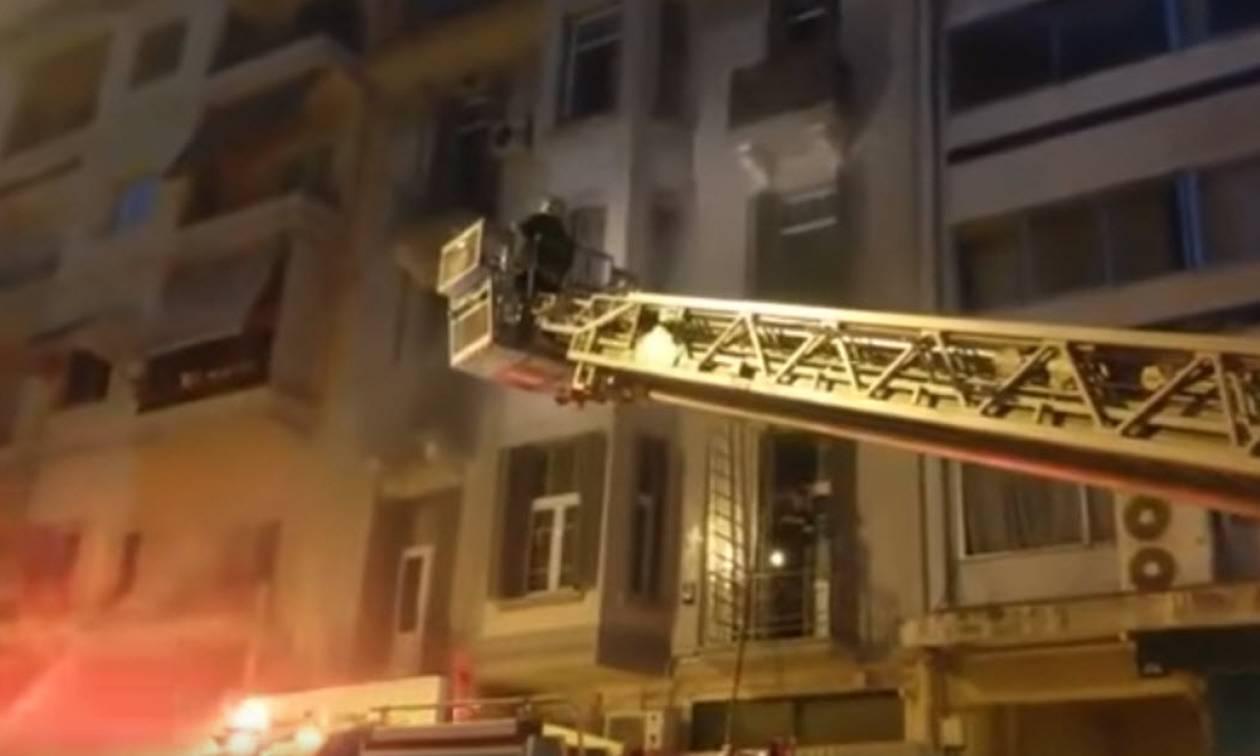Θεσσαλονίκη: Κατασβέστηκε η φωτιά σε διαμέρισμα στο κέντρο της πόλης (vid)