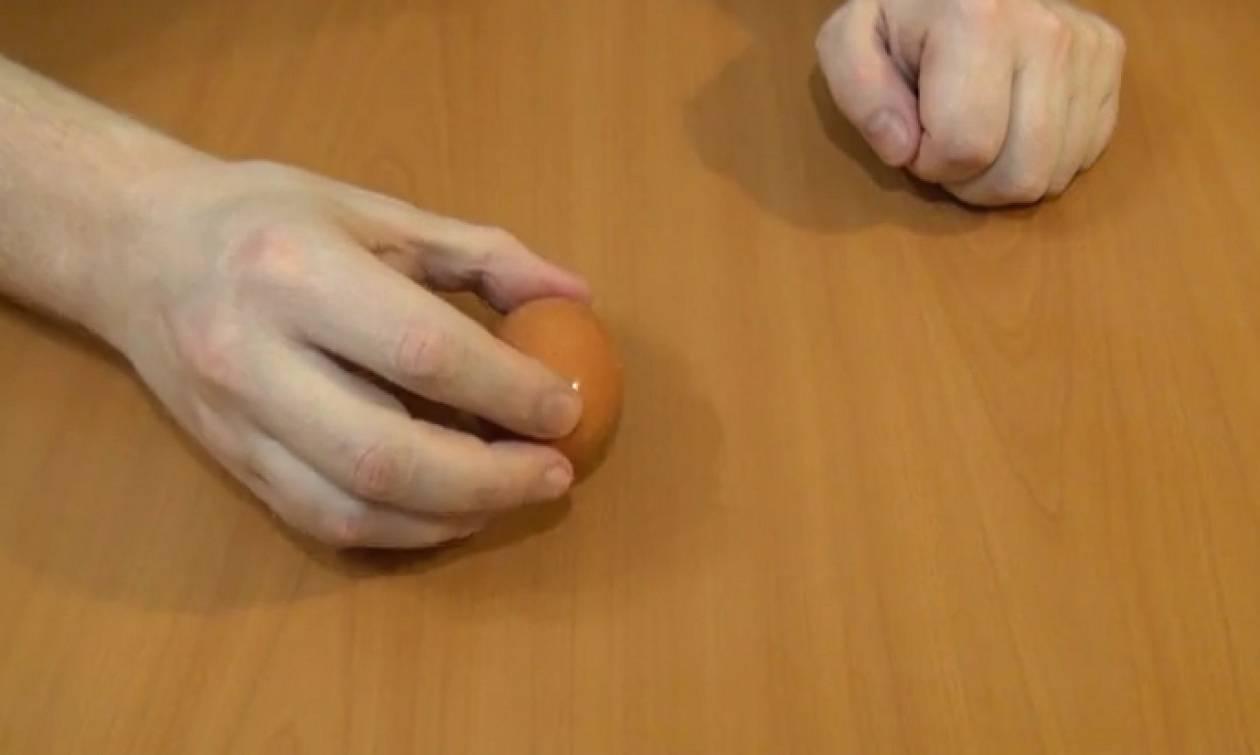 Τέλειο κόλπο! Καθαρίστε τα βραστά αυγά με μία κίνηση (Video)
