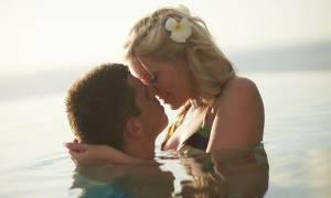 Σεξ στο νερό: Ποιους κινδύνους εγκυμονεί