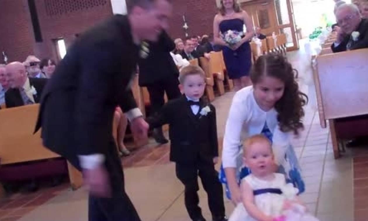 Σε αυτό το γάμο, δεν ήταν η νύφη αυτή που έκλεψε την παράσταση. Δείτε γιατί... (video)