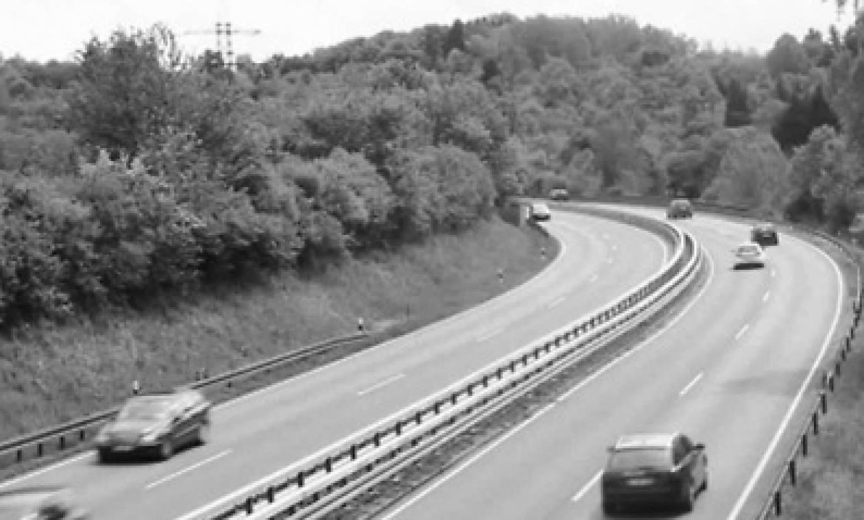 Κάμερα ελέγχου κυκλοφορίας «έπιασε» την εξαφάνιση αυτοκινήτου από μία λάμψη (video)